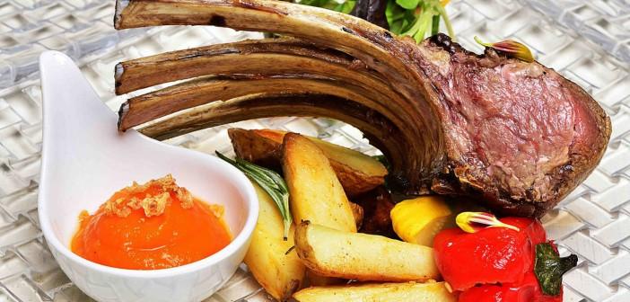 Agnello-alle-erbe-con-patate-novelle-peperoni-mignon-e-purè-di-zucca-con-amaretti-Feel-como